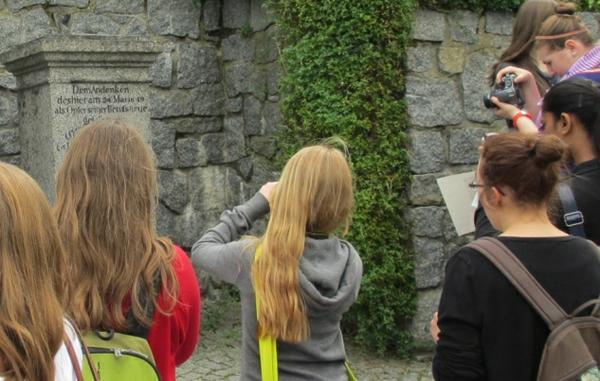 Schüler fotografieren Gedenkstein